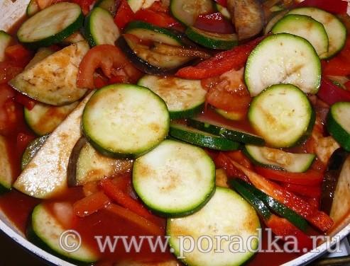 тушеные кабачки и баклажаны с овощами