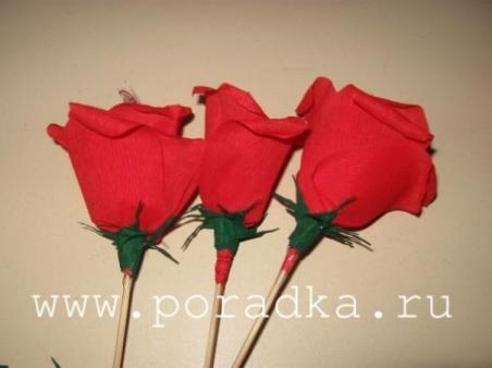 Розы из гофрированной бумаги с конфетой своими