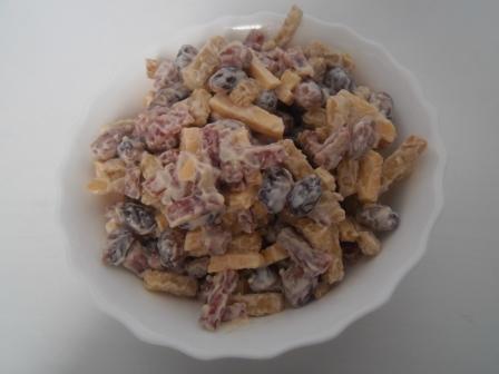 салат с сухариками и фасолью и копченой колбасой рецепт