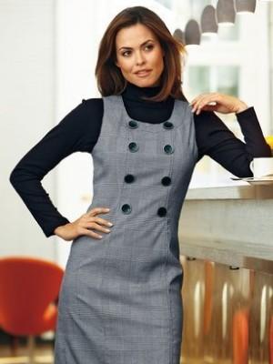 Офисный сарафан с круглой горловиной больше похож на платье-футляр. С таким сарафаном прекрасно будет смотреть украшение в виде броши на уровне плеча