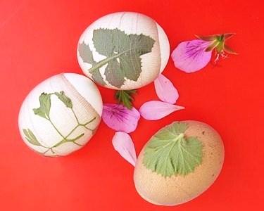 как красить яйца листик